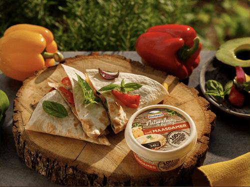 Tortilla zgrillowanymi warzywami, serem, kurczakiem iawokado sosem