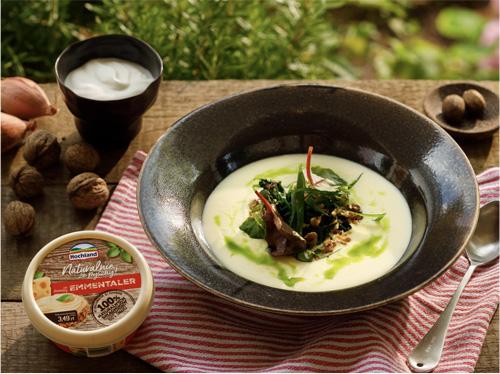 Serowa zupa krem ze szpinakiem, orzechami włoskimi, gałką muszkatołową iszalotką