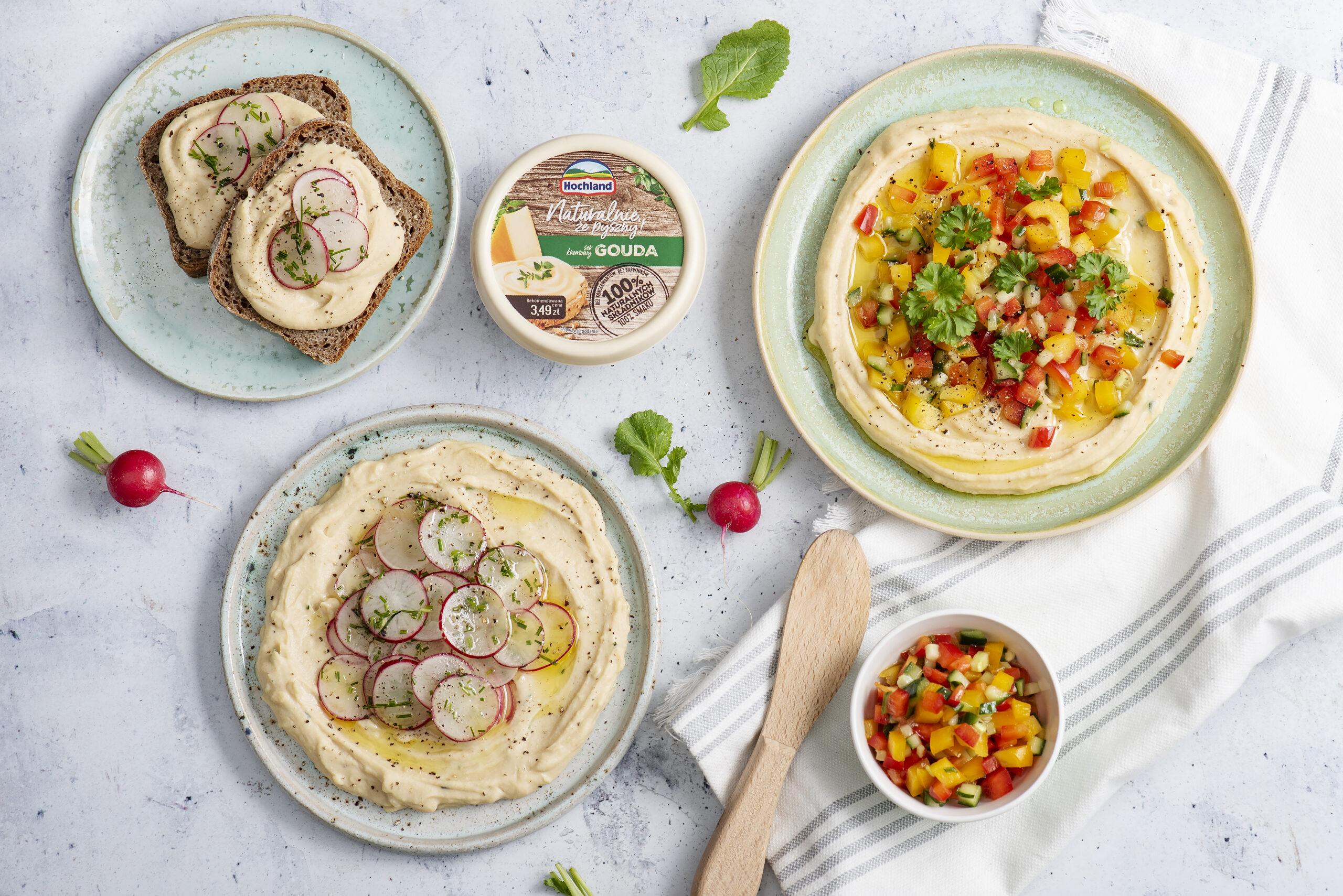 Serowy hummus z sałatką ze świeżego ogórka i papryki lub rzodkiewką i szczypiorkiem